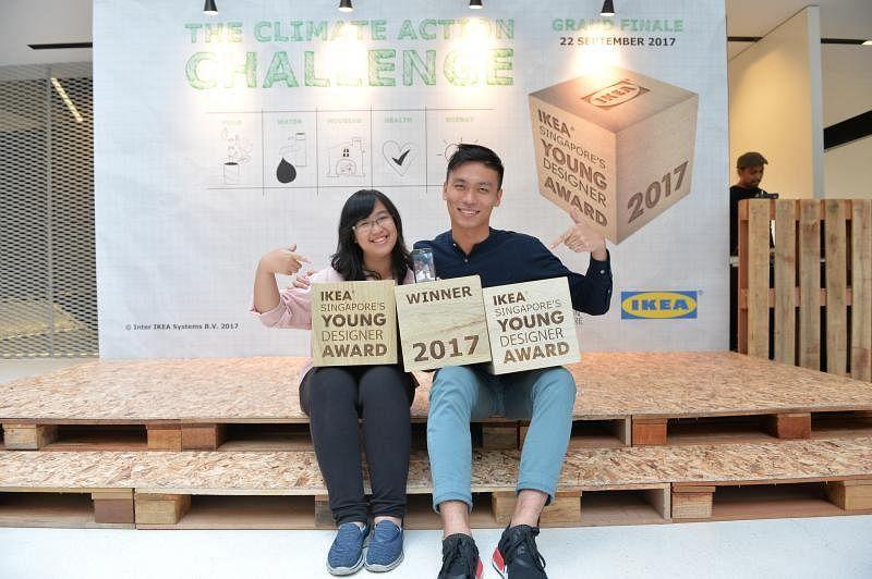 """""""宜家新加坡年轻设计师奖2017""""得主,Casey Kwokdinata(左)与戴宇辉,人在台湾的符兴通也透过视像电话,让全组都到齐了。"""
