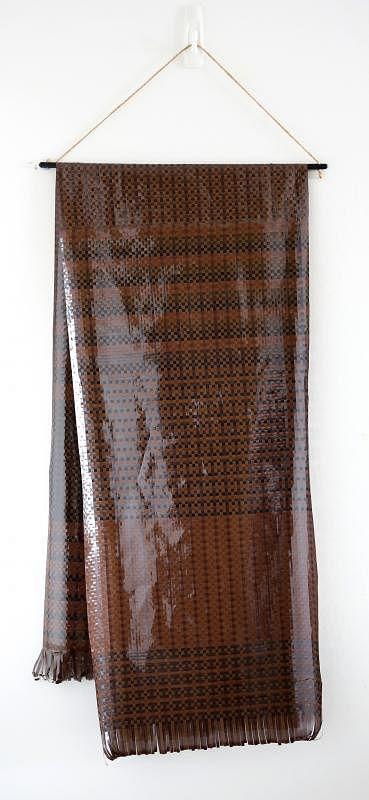 庄逸馨以磁带编织的围巾。