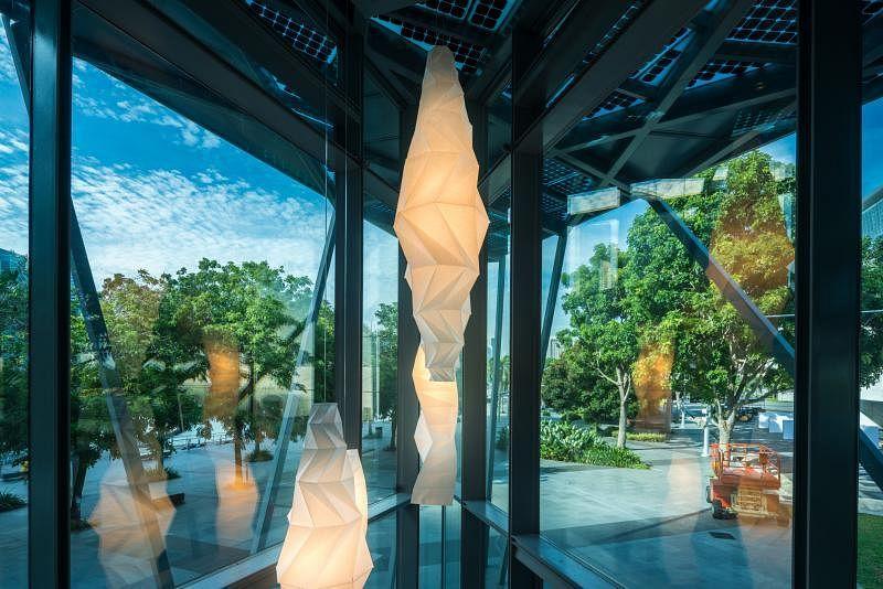 日本服装设计大师三宅一生与Reality Lab设计的In-El折纸吊灯。