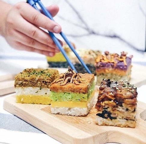 咖啡座里国人熟悉的椰浆饭、叻沙意粉、仁当咖喱牛肉饭、海南鸡饭等以方块来呈现。