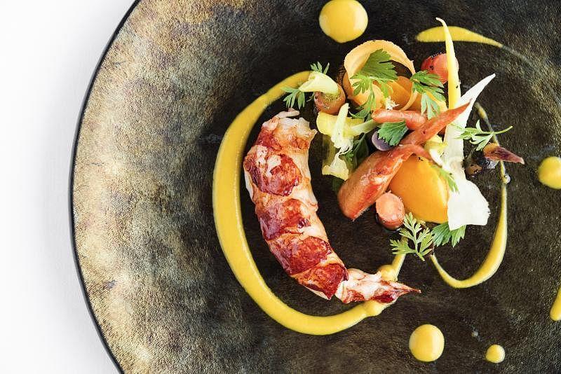 """高级餐饮特色是把日常食材变得不一样,如这道龙虾萝卜,用的是特选""""祖传萝卜""""。"""