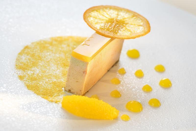 用鹅肝、鲜橙、香料等做成的佳肴,从制作到摆盘都重视细节。