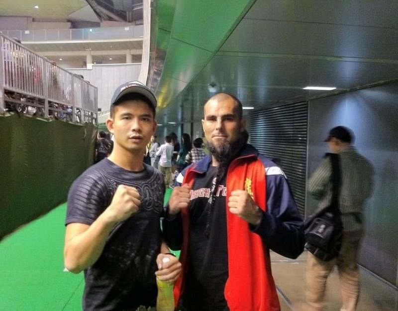 2012年,洪瑀声(左)在日本的空手道比赛遇见欧洲冠军Alejandro Navarro。