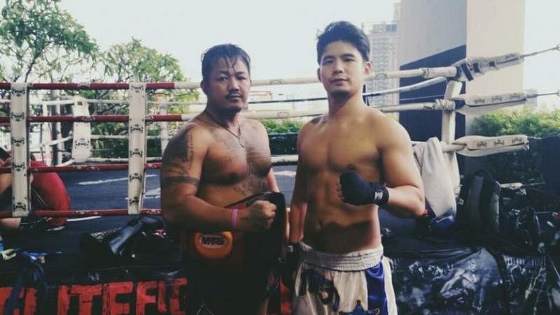 洪瑀声(右)两年前到泰国曼谷练习泰拳。