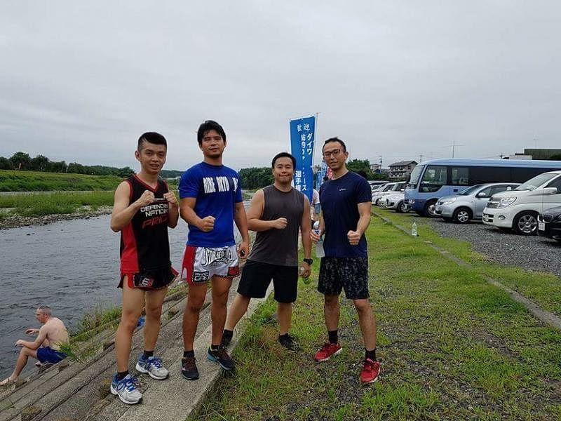 洪瑀声(左二)今年8月受空道创办人东孝之邀,和本地几名空道爱好者一起赴日参加在东京举行的空道协会夏令营,这是他们一起晨跑时的合照。