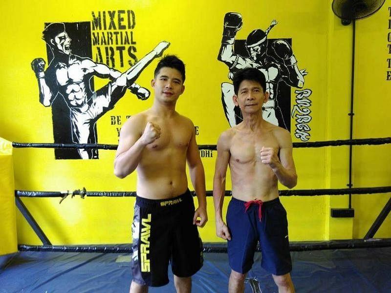 爸爸洪添平(右)现在偶尔也会和儿子一起练习,互相切磋。