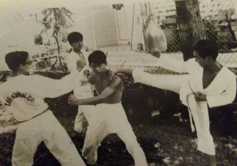 洪添平(中,打赤膊者)40多年前就学习空手道和国术。