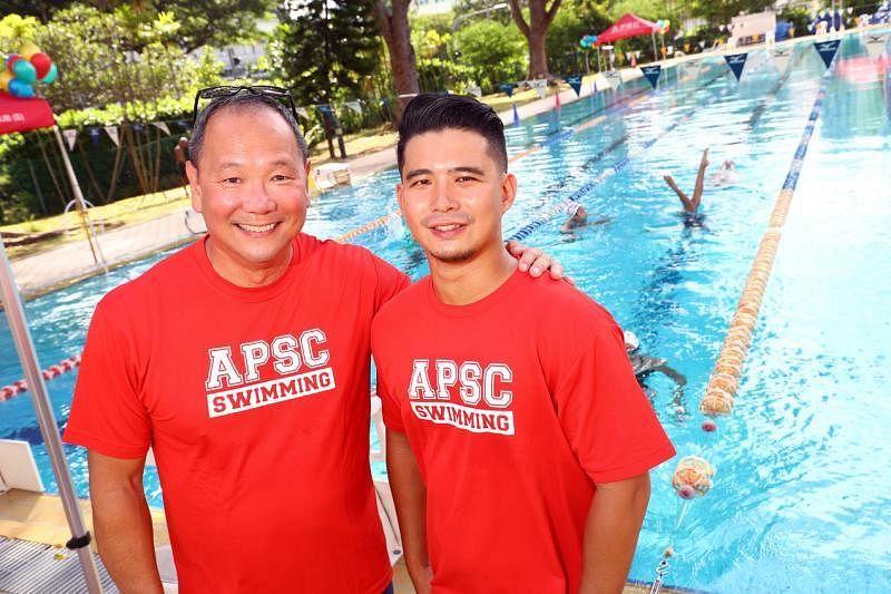 洪瑀声(右)目前在洪秉祥的游泳学校担任全职游泳教练。(陈来福摄)
