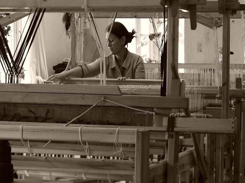 Studio Natural坚持传统手工纺织,吸引国际大牌Calvin Klein、阿曼尼找他们为家居品牌编织布料。