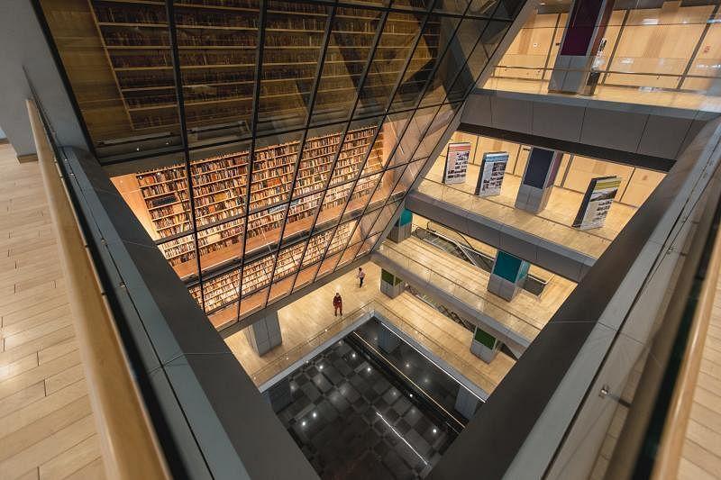 若从拉脱维亚国家图书馆大堂仰视,数层楼高,向下倾斜的玻璃橱窗很叫人震撼。