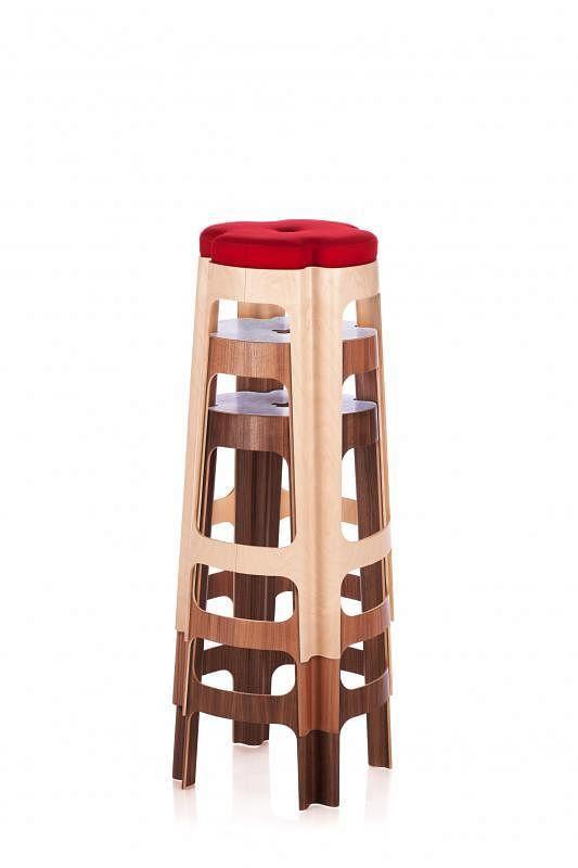 "Riga Chair推出的""Bloom""凳都能叠起来收纳,美观实用。"