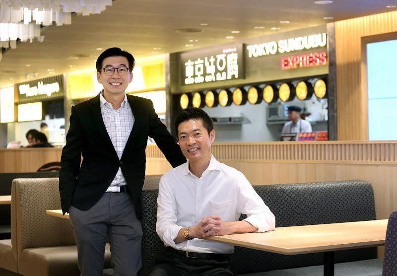 全日空商事零售业务发展项目董事中尾一博(右)和樟宜机场集团机场陆侧特许经营部副总裁冯俊平。