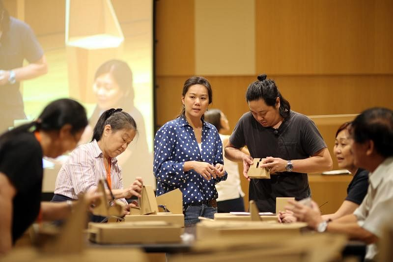 蔡镇宇(左四)与太太伍碧丽(左三)亲自传授纸匠手艺。