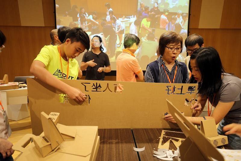 """贴心的Paper Carpenter准备纸皮字体,让参加者装饰他们自制的""""早报读报好帮手""""。"""