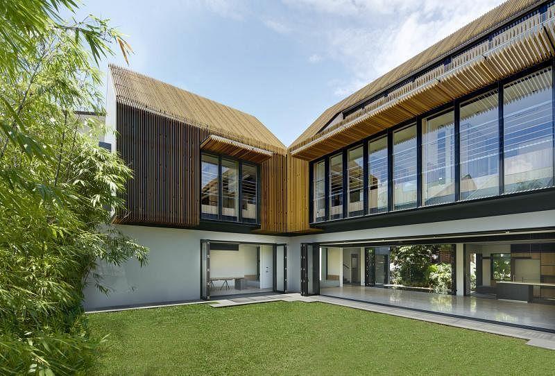 """""""围屏屋""""由木条屏幕包裹隔热,中央花园是洋房的绿色心脏。"""