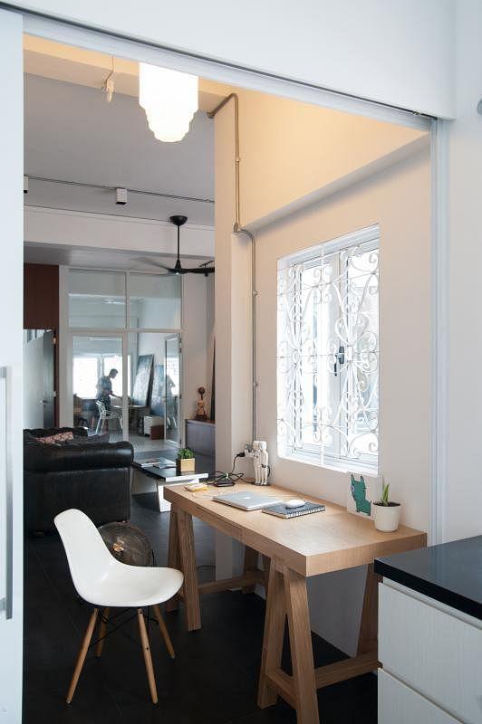 客厅和厨房之间的空间隔出小工作室,可阅读和在家处理工作。