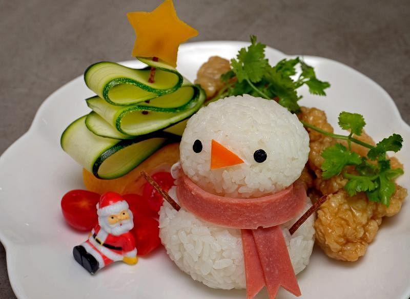 有趣的雪人炸鸡便当。