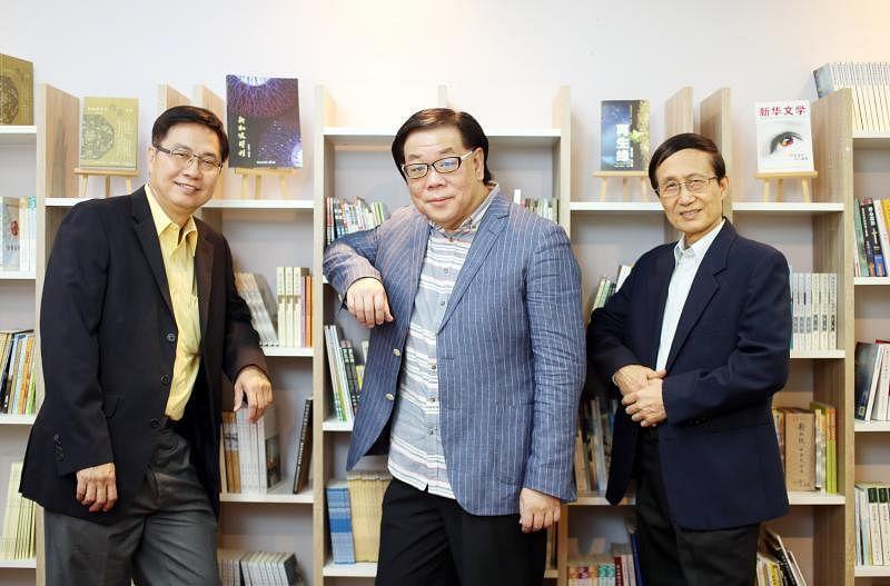 """""""新华诗歌年""""推手,左起新加坡文艺协会会长成君、新加坡作家协会会长林得楠和五月诗社社长郭永秀。(档案照)"""