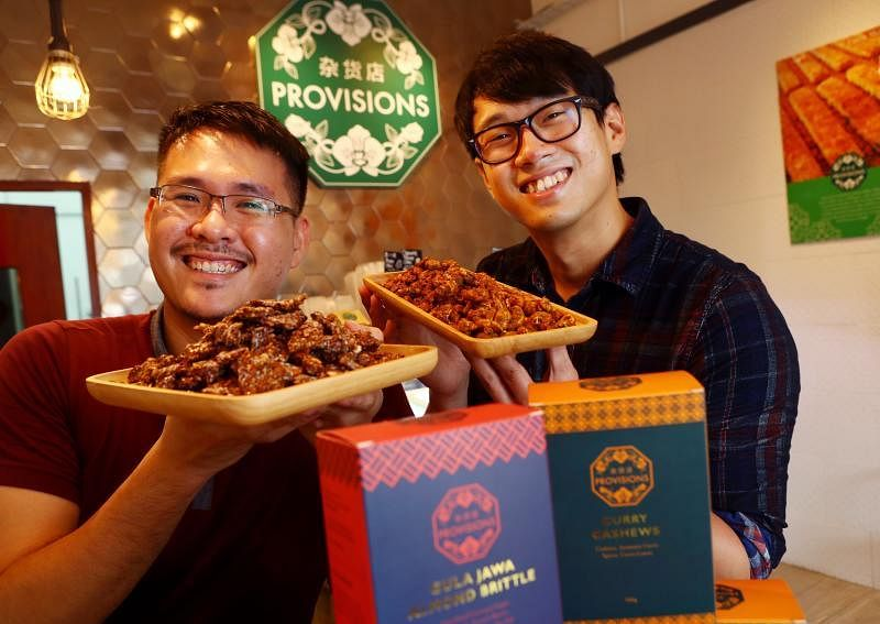 """陈禄正(左)和黄韦铭创立的""""杂货店"""",最受顾客欢迎的是咖喱腰豆和椰糖杏仁脆片。"""