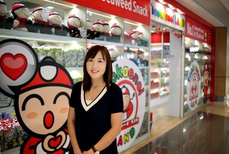 """林明玲在新达城开设""""小老板""""旗舰店,售卖旗下所有品牌零食。"""