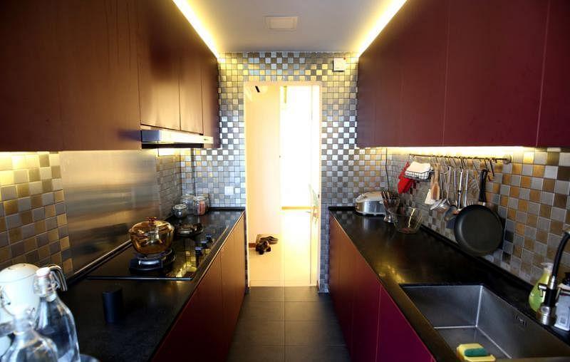 厨房以不锈钢马赛克打造晶格化视觉。