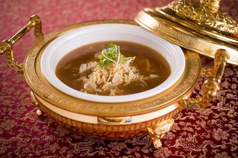 装在镀金古董餐具的凤吞燕。