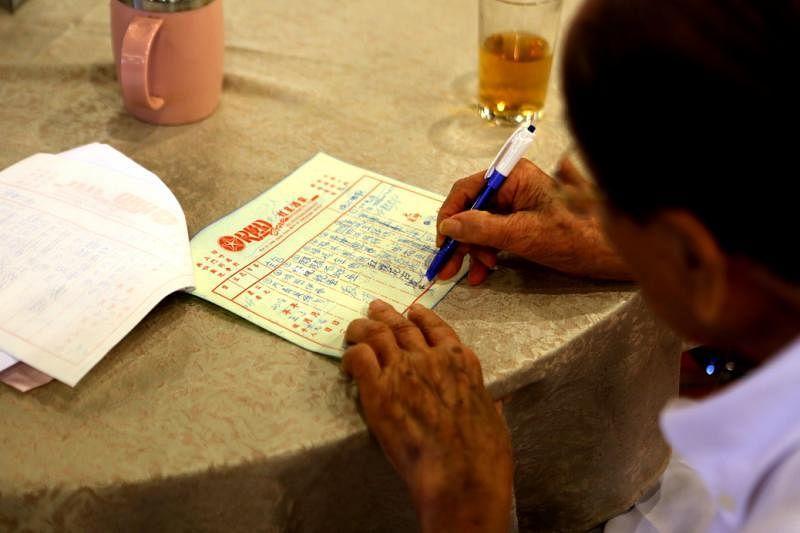 冼良师傅聚精会神地为飨宴订制菜单。