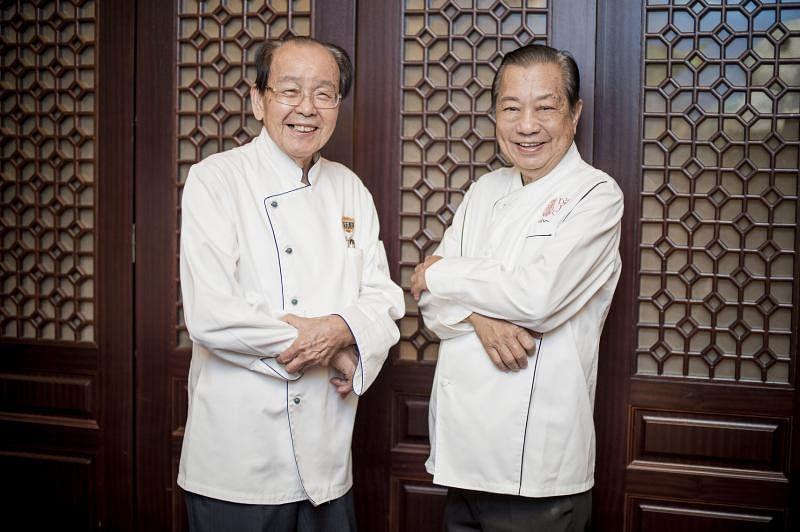 冼良(左)和许国威师傅为早报读者炮制50年代婚宴古早菜飨宴。
