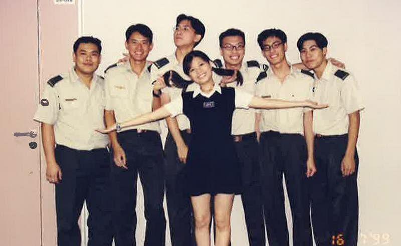 翁慧霖在兵营当秘书,与阿兵哥同事合照。(受访者提供)