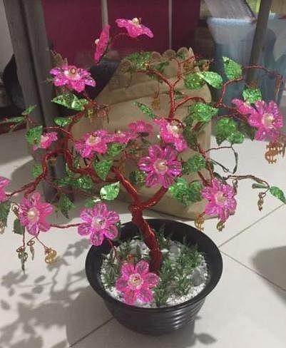 徐彬大婚,翁慧霖送上自己做的粉红花树表心意。(受访者提供)