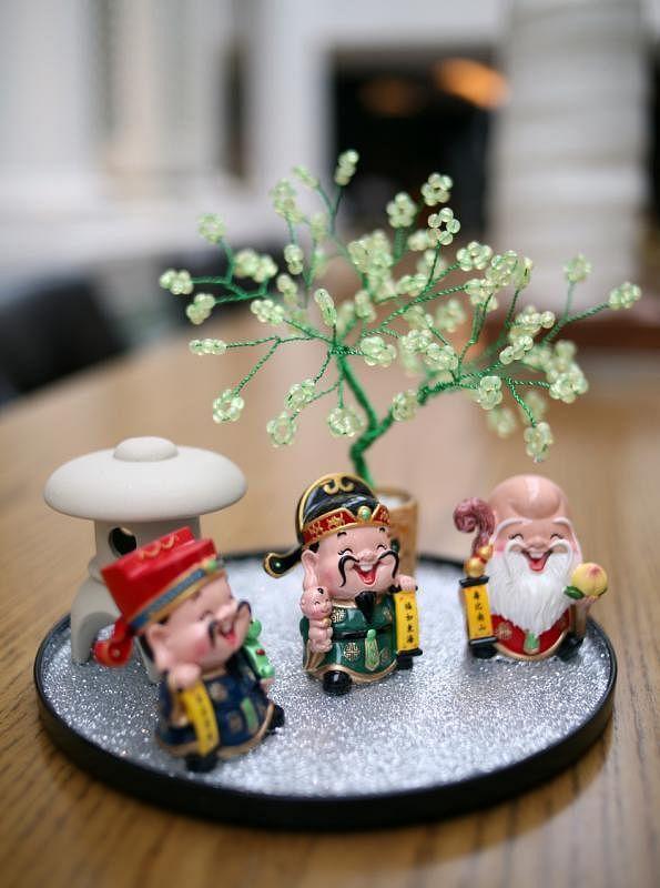 """翁慧霖送给记者她亲手制作的""""福禄寿""""工艺品,手艺精致,非常喜气。"""