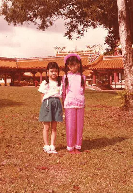 """翁慧霖(右)念小六时在光明山与同学的妹妹合照,这个""""妹妹""""就是男星杨志龙的太太。(受访者提供)"""