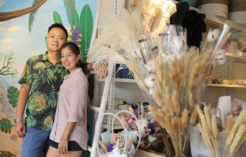 The Social Space夫妻档创办人姚恩溢和欧伟玲希望鼓励顾客购买零包装用品、环保产品,以及可惠及弱势族群的社企产品。(林泽锐摄)