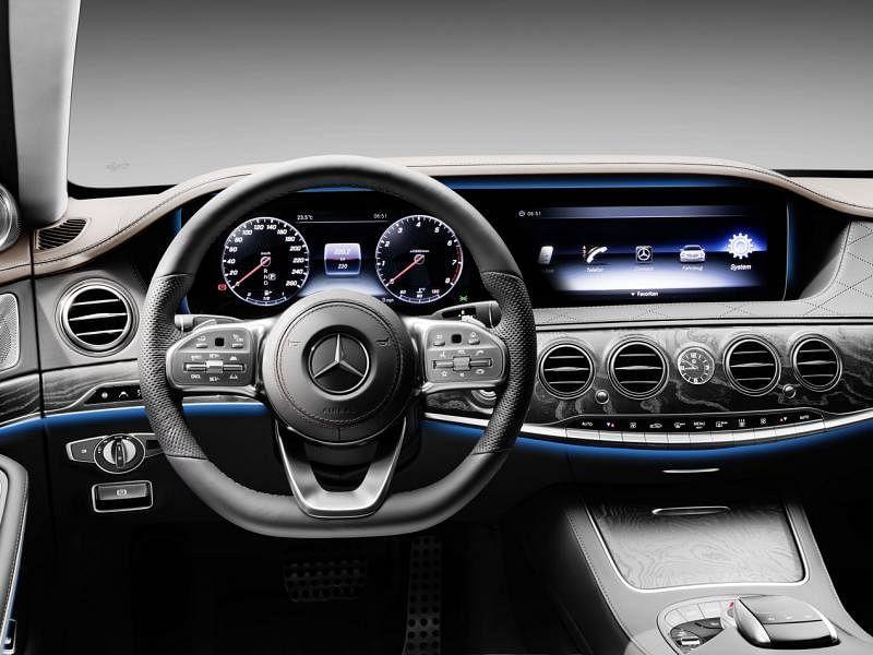 车内有64色环境氛围照明系统,有10种预设颜色方案,每种含多种颜色组合,以配合不同的照明效果需求而变幻。