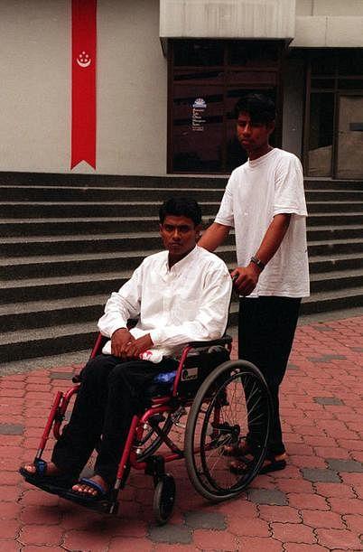 健健康康的来打工,却坐着轮椅地回家。20多年来,不知道巴沙尔过得如何?(受访者提供)