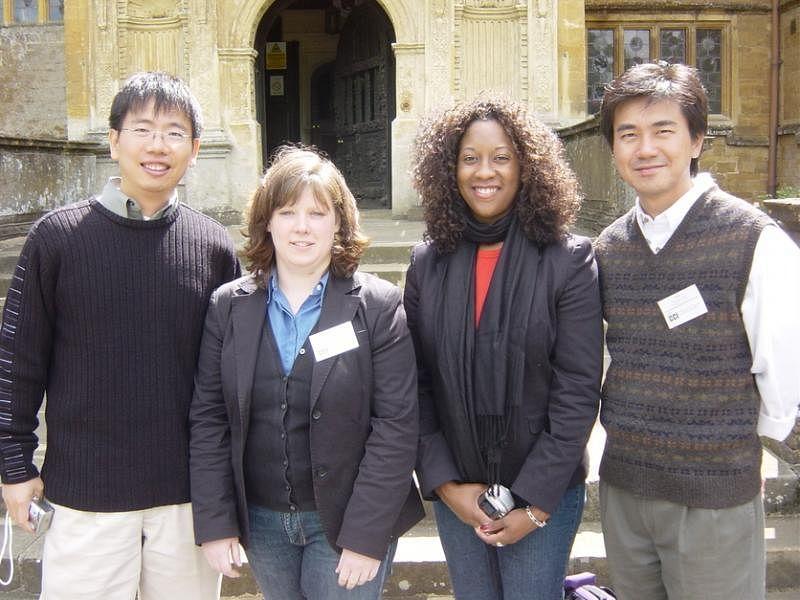 冯时光(右)2006年到英国出席会议时与其他出席者合影。(受访者提供)