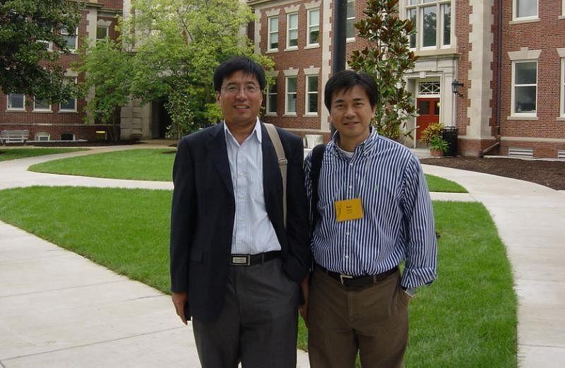 密苏里新闻学院百年校庆时,冯时光(右)造访母校,左是新加坡南洋理工大学传播学院教授郝晓明。(受访者提供)