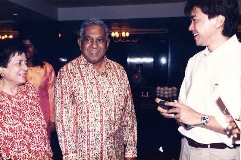 冯时光(右一)采访纳丹参选总统。(受访者提供)