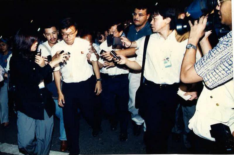 冯时光(右二)在大选时追访反对党的徐顺全。(受访者提供)