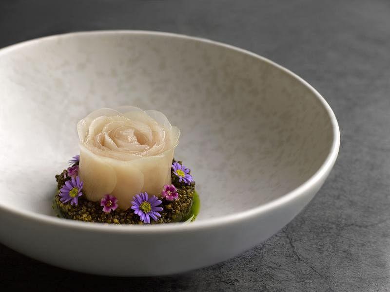 Whitegrass的日本黄尾鱼用白甜菜根提味。