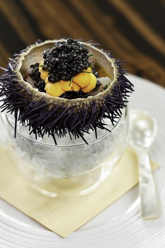 Waku Ghin招牌的腌牡丹虾配北海道海胆和鱼子酱。(受访者提供)
