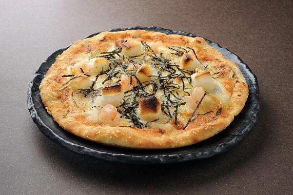 kabe_no_ana_-mochi_mentaiko_pizza_16.90_Small.jpg