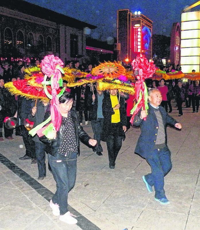 热爱生活的陕北父老敲起锣鼓,扭起秧歌,夜幕低垂也不言倦。