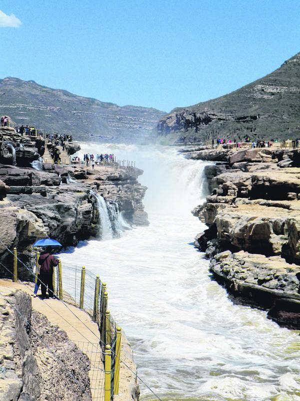 枯水期的壶口瀑布最为壮观,人们可以走到跟前感受黄河的气势和怒吼。