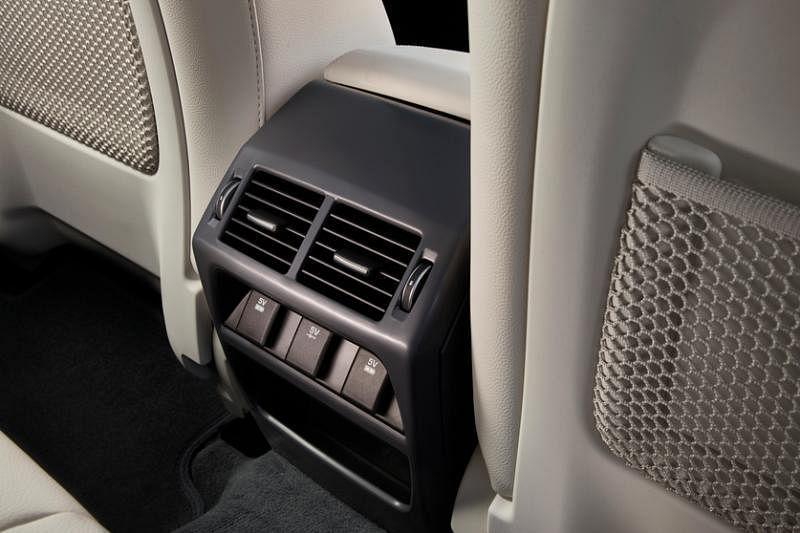 冷气车后座有独立的冷气出口。
