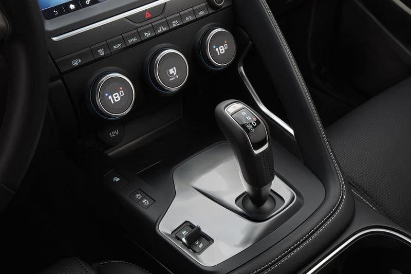 车子9速排挡采用了排挡杆的设计,而非母公司路虎一贯的旋钮式排挡操控。