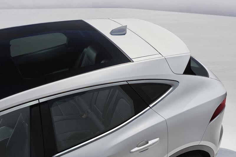 流畅的车顶弧线和造型独特的侧窗展示捷豹跑车基因在E-Pace上的传承。