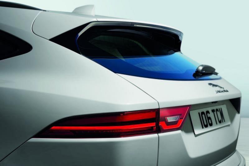 细长车尾灯的设计与F Type跑车几乎同出一辙,非常好看。