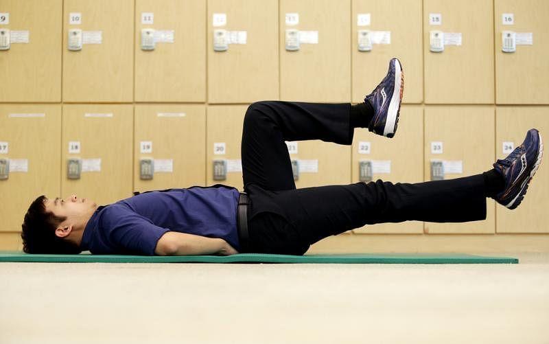 慢慢地伸直右脚,同时确保左边的髋关节与膝盖依然维持90度。然后慢慢地伸直左脚,同时把右脚弯曲90度。左右脚交替运动进行30秒为一次。每次运动重复三次。