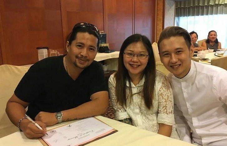 陈俊良(左)不仅为吴佳丽免费打官司,还是她的证婚人。(受访者提供)